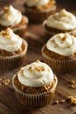 Hemlagade morotmuffin med gräddostglasyr på kaka Arkivfoton