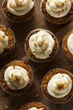 Hemlagade morotmuffin med gräddostglasyr på kaka Royaltyfria Bilder