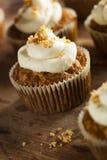 Hemlagade morotmuffin med gräddostglasyr på kaka Arkivbilder