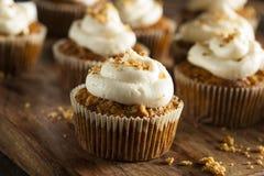 Hemlagade morotmuffin med gräddostglasyr på kaka Royaltyfri Foto