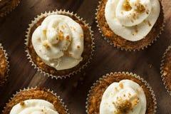 Hemlagade morotmuffin med gräddostglasyr på kaka Fotografering för Bildbyråer