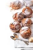 Hemlagade muffin över vit Arkivfoto