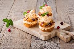 Hemlagade muffin för hösttranbärpumpa med gräddost ici Royaltyfri Bild