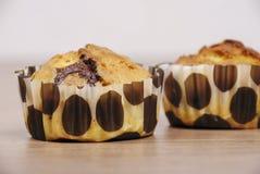 Hemlagade muffin med choklad på en trätabell Fotografering för Bildbyråer