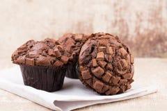 Hemlagade muffin med choklad, tappningbakgrund Arkivbild