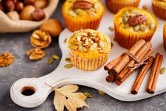 Hemlagade muffin med pecannötter Royaltyfri Fotografi