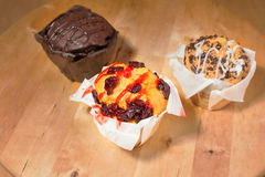 Hemlagade muffin på en skärbräda Royaltyfri Bild