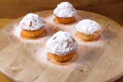 Hemlagade muffin på en skärbräda Arkivbild