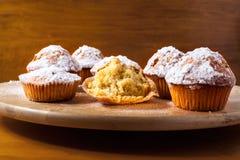 Hemlagade muffin på ett träbräde royaltyfria bilder