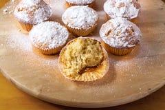 Hemlagade muffin på ett träbräde Arkivbilder