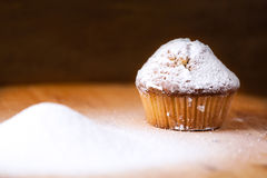 Hemlagade muffin på ett träbräde royaltyfri fotografi