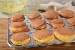 Hemlagade muffin som är nya ut ur ugnen arkivbilder
