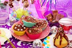 Hemlagade muffiner på födelsedagdeltagaretabellen Royaltyfria Bilder