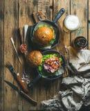 Hemlagade nötkötthamburgare med frasigt bacon- och veteöl Royaltyfri Bild