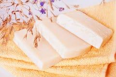 Hemlagade naturliga tvålar på frottéhanddukar arkivfoto