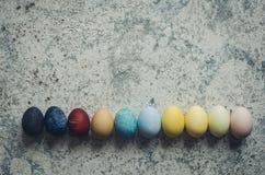 Hemlagade naturligt färgade påskägg arkivbild