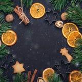 Hemlagade nya kakagranfilialer torkade skivor av det orange begreppet för kakaskärarejul fotografering för bildbyråer