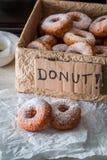 Hemlagade och läckra hemlagade donuts som är klara att äta Royaltyfri Bild