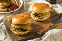 Hemlagade Oklahoma Fried Onion Cheeseburgers Arkivfoton