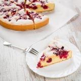 Hemlagade organiska Cherry Pie Arkivfoto