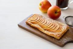 Hemlagade organiska rödlätta pajer med äpplesmördeg, ordnar till till ea royaltyfri bild