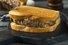 Hemlagade ostliknande Patty Melt Sandwich arkivbild