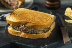 Hemlagade ostliknande Patty Melt Sandwich royaltyfri foto