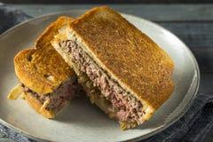 Hemlagade ostliknande Patty Melt Sandwich arkivbilder
