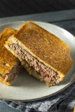 Hemlagade ostliknande Patty Melt Sandwich arkivfoto
