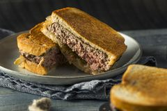 Hemlagade ostliknande Patty Melt Sandwich royaltyfria foton