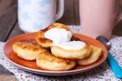 Hemlagade ostpannkakor på en platta Arkivfoto