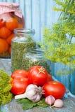 Hemlagade på burk tomater i den glass kruset åkerbruka produktgrönsaker för ny marknad Arkivfoton
