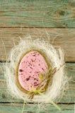 Hemlagade påskkakor i form av ägget på den gamla trätabellen royaltyfria foton
