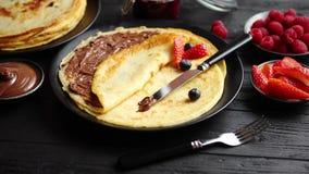 Hemlagade pannkakor för läcker choklad på den svarta keramiska plattan