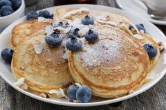 Hemlagade pannkakor med blåbär och pudrat socker Fotografering för Bildbyråer