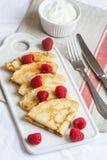 Hemlagade pannkakor med det lätta hallonet och kräm fotografering för bildbyråer