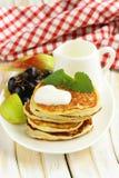Hemlagade pannkakor med frukt och yoghurt Arkivfoto