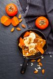 Hemlagade pannkakor med frukter på mörk bakgrund Top beskådar royaltyfri fotografi