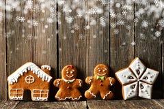 Hemlagade pepparkakakakor för jul royaltyfria bilder
