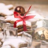 Hemlagade pepparkakakakor för jul på fyrkant för mat för träjul för bakgrundsjulbakgrund söt royaltyfri foto