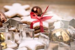 Hemlagade pepparkakakakor för jul på horisontalslut för träför bakgrundsjulbakgrund mat för jul söt upp arkivfoto