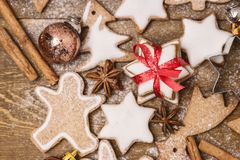 Hemlagade pepparkakakakor för jul på mannen för pepparkaka för mat för träjul för bakgrundsjulbakgrund den horisontalsöta fotografering för bildbyråer