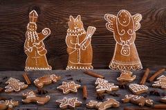 Hemlagade pepparkakakakor för jul på träbakgrund Arkivbilder