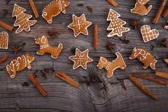 Hemlagade pepparkakakakor för jul på träbakgrund Arkivfoto