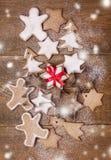 Hemlagade pepparkakakakor för jul på träsikt för mat för jul för bakgrundsjulbakgrund söt tonad bästa lodlinje fotografering för bildbyråer