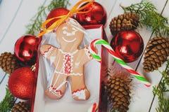 Hemlagade pepparkakakakor för jul på trätabellen royaltyfria bilder