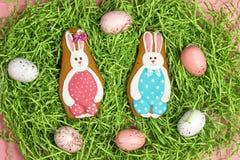 Hemlagade pepparkakakakor för påsk i form av kaninen på ett dekorativt gräs arkivfoton