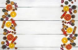 Hemlagade pepparkakakakor i glasyr och festlig dekor på en ljus träbakgrund Top beskådar vita röda stjärnor för abstrakt för bakg arkivbilder