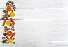 Hemlagade pepparkakakakor i glasyr och festlig dekor på en ljus träbakgrund Top beskådar vita röda stjärnor för abstrakt för bakg arkivbild