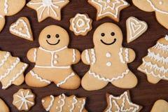 Hemlagade pepparkakapar för jul, granar, stjärnakakor över royaltyfri foto